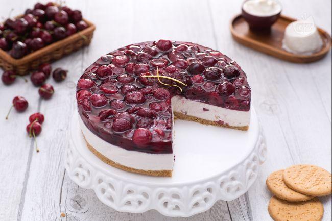 La cheesecake è una torta fresca di tradizione americana che in questa versione è impreziosita dalla presenza di ciliegie fresche.