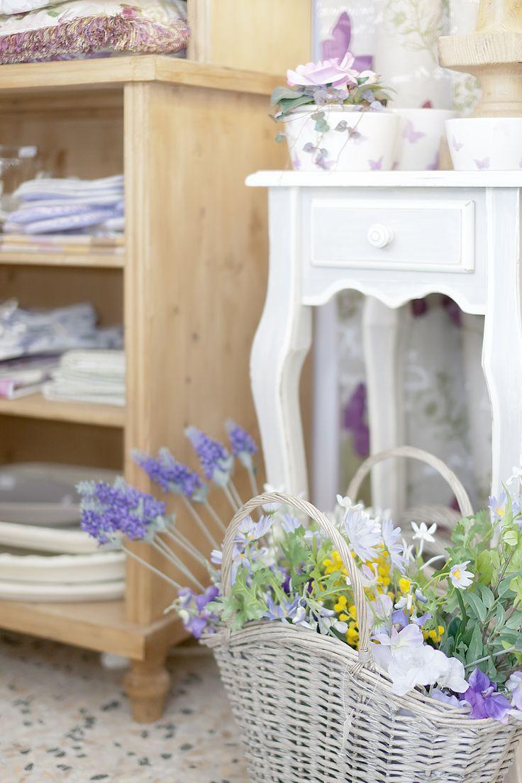 cesto vimini con lavanda e mobile ingresso