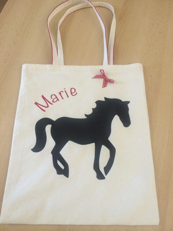 C'est pour l'anniversaire de Princesse Marie qui a fêté ses huit ans et qui avait invité Princesse Enola que j'ai fait un tote bag personnalisé rien que pour elle !Sur le devant : - un cheval (fait grâce à ma nouvelle machine Caméo Silhouette) car Marie...