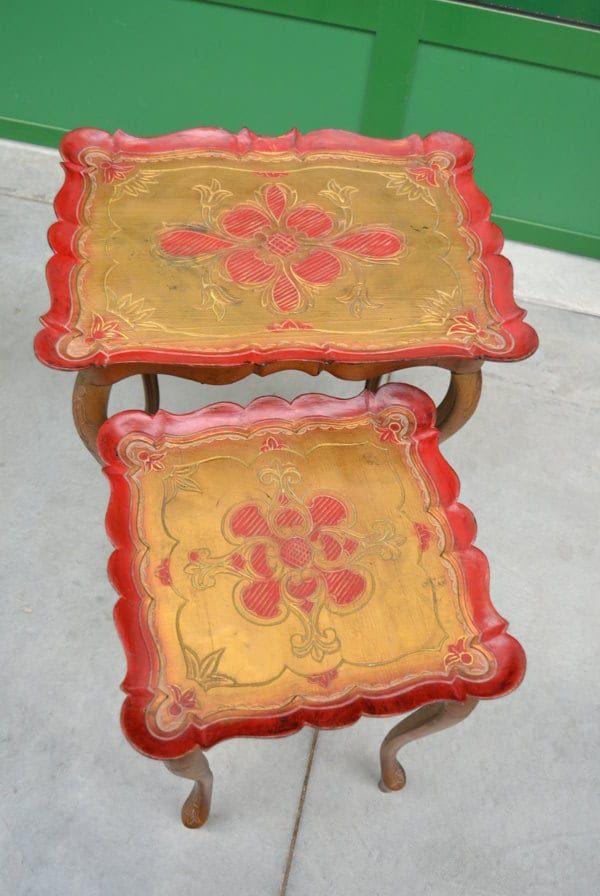 Coppia di tavolini in resina laccati rossi e dorati