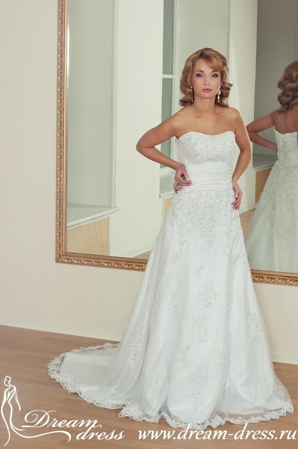 BROOKE  Описание:  Силуэтное свадебное платье. Для создания данной модели использовался атлас, тюль и кружево. Верх платья выполнен в виде облегающего корсета, который подчеркивает фигуру невесты. Свободная юбка со шлейфом состоит из нескольких слоев: атласа и тюли. Оригинальным элементом данной модели является широкий пояс из тафты. Платье красиво украшено стразами, бусинками, бисером и паетками. http://www.dream-dress.ru