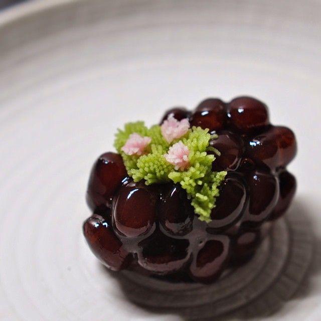 """一日一菓 「岩根躑躅」 鹿子製 >very interesting Japanese sweet< wagashi of one day """"Azalea"""" 本日はつつじです、 鹿子に煉切で作ったつつじを添えてあります。 都会の中でも割とポピュラーに見られる花の一つですね。"""