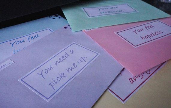 10 letras cuando abierta habían personalizada con mensajes de su elección - perfecto para un cumpleaños o un regalo de Navidad, regalo de San Valentín, amistad de larga distancia o de relación. Usted tiene la opción de: 1. vacíos sobres (por sí mismo llenar) 2. sobres llenan de citas motivacionales, positivo y fotos relativas a la ocasión en la envolvente. En la parte superior de cada sobre que dice Abierto... de cuando seguido sus propias ocasiones. Estas son las ocasiones en que se…