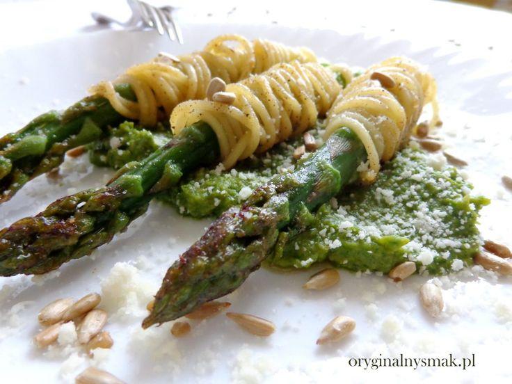 Szparagi w makaronie na pesto z groszku i rukoli | Oryginalny smak