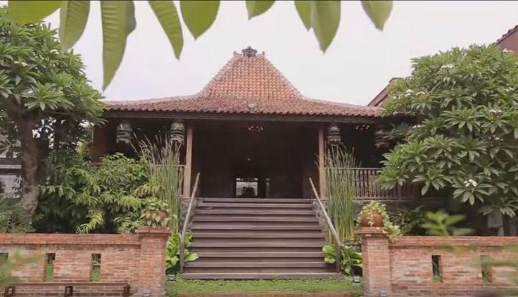 Rumah joglo Irfan Hakim yang menjadi point of interest dari hunian digunakan sebagai public area untuk tamu-tamu berkunjung dan konsep modern untuk private.