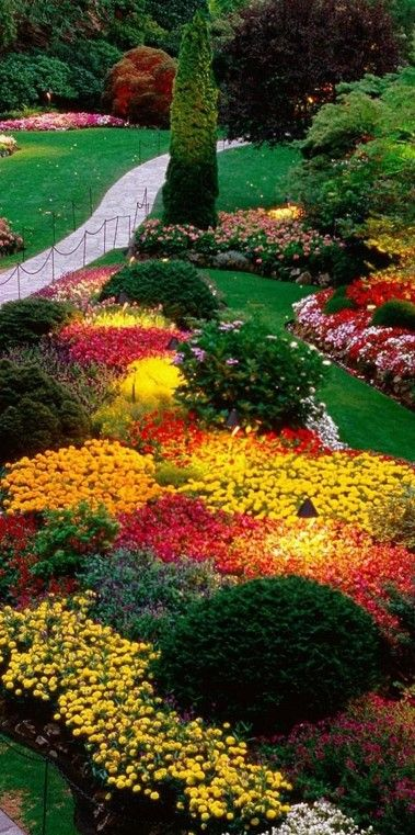 The sunken garden at Butchart Gardens in Brentwood Bay (near Victoria) on Vancouver Island, British Columbia, Canada • photo: Aoi Shimizu on Flickr