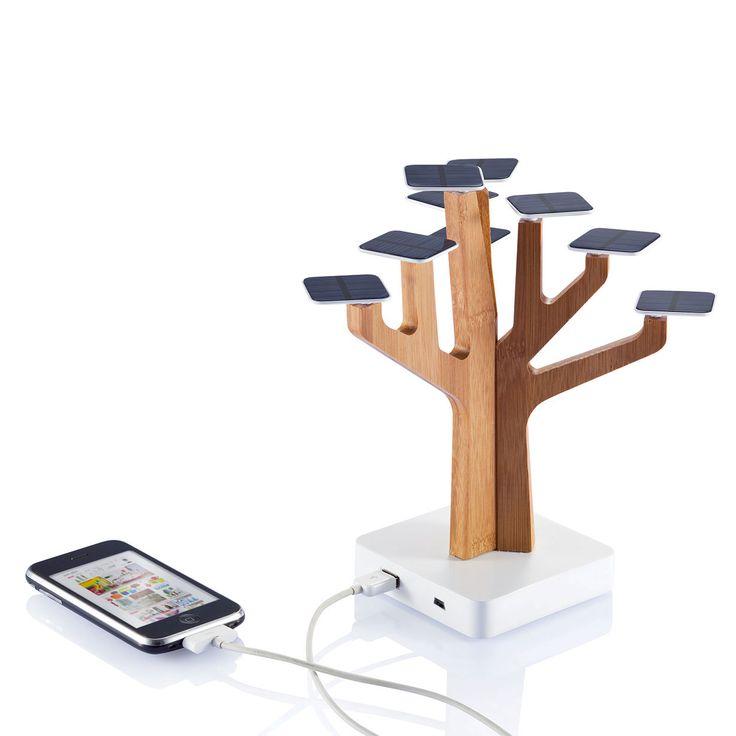 Suntree utilizza 9 foglie solari per ricaricare il cellulare o il lettore MP3. Un vero e proprio eye-catcher per qualsiasi scrivania, cSuntree ha un'uscita USB e ingresso mini-USB.Capacità per pannello solare 5,2 V/20mA , capacità di uscita della batteria è 5V/max.1000mA. (Caricatore non adatto per i tablet).Numero di batterie 1 tipo Li-ion