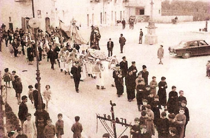 Largo Convento, l'Addolorata, l'Obelisco, la Fontana, la Croce di legno con i Simboli del Calvario, i Bambini per strada... (Anni 50-60).