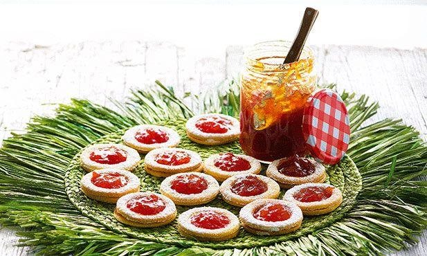 Aprenda a fazer bolachas caseiras e sinta o prazer de partilhá-las em qualquer ocasião. Estas bolachas com doce de tomate são ideais para acompanhar chá ou para satisfazer um súbito desejo por um doce.