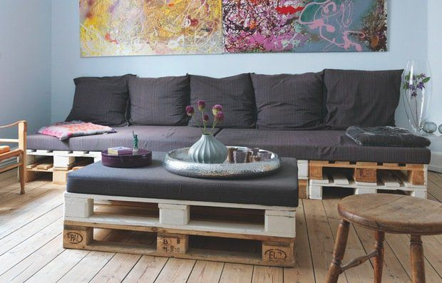 mieszkanie w skandynawskim stylu, duński styl, kolorowe wnętrze, palety, meble z palet, sofa z palet