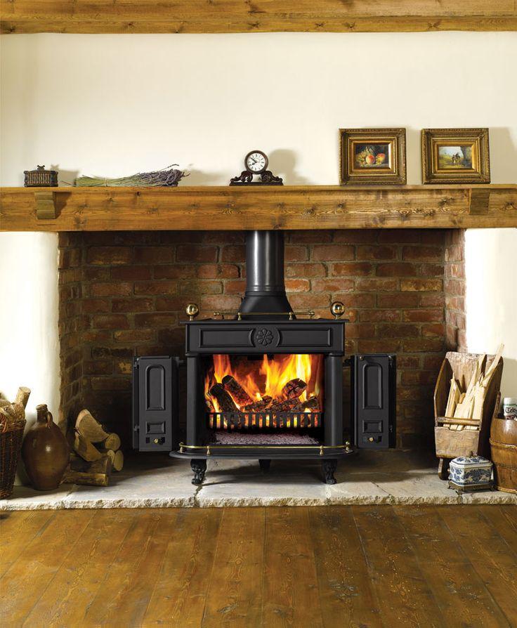 Le poêle à bois Regency de Stovax avec poignée laitonnée et brûlant des bûches.