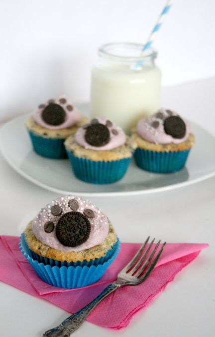 Do you love your pet? if so, then you'll love making these Oreo Paw print Cookies! cute