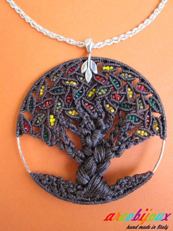 Ancora macramè ... Nodo dopo nodo crescono foglie, rami, tronco e radici di questo splendido ciondolo che rappresenta l'Albero della Vita. ... nel macramè ... in natura in ordine inverso!! Componenti : filo C-Lon Beading Cord da 0,5 mm, delica Miyuki, minuteria nickel free. Ispirazione: Christina Larsen