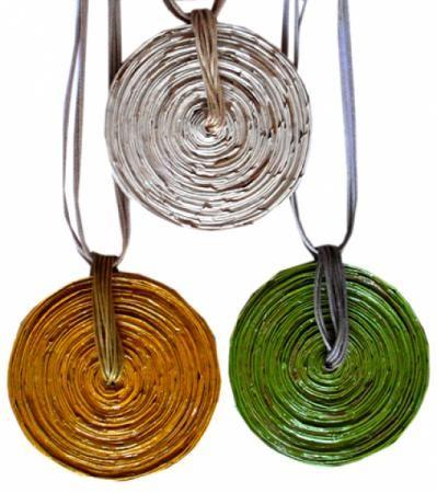 colar de papel colar medalhão papel natural,papel revista,papel pardo pintado a mão artesanal
