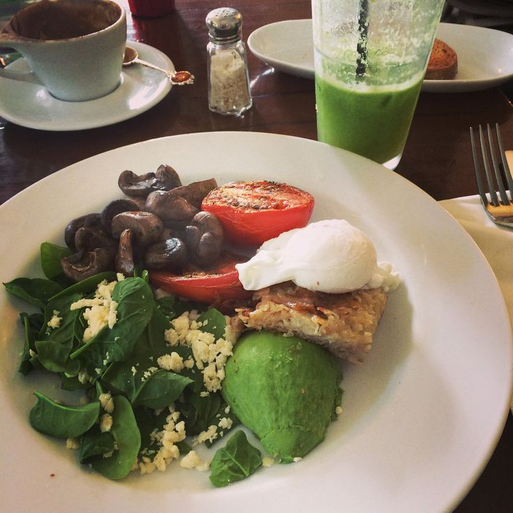 A #green #breakfast #brunch poached #egg grilled #tomato #mushroom #babyspinach and #avocado #greenjuice at The Avenue Cafe Mosman