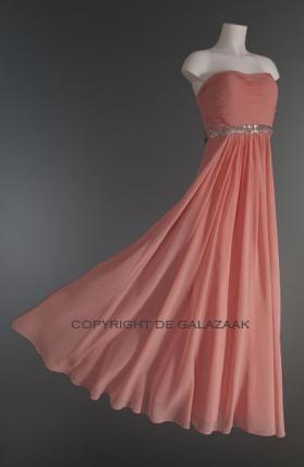 Een ideale jurk om te combineren met zilveren sandalen, clutch en sieraden! €225