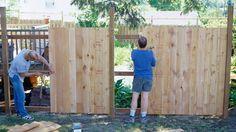Sichtschutzzaun selber bauen: Tipps zu Grundlagen. Holen Sie sich Hilfe zum Sichtschutzzaun bauen (Quelle: Thinkstock by Getty-Images)