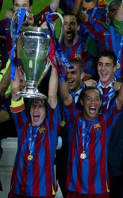 Su primera conquista europea: Puyol y Ronaldinho levantan la copa durante al ceremonia de entrega en la Final Champions League 2005-2006.