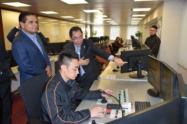 El gobernador de Michoacán visitó las instalaciones de la Terminal Portuaria Internacional de la empresa naviera en Hong Kong – Hong Kong, China, a 17 de noviembre de 2017.-Al exponer ...