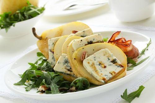 С тех пор как я полюбила сыр с плесенью, этот салат один из моих фаворитов. Правда готовлю его только для себя…
