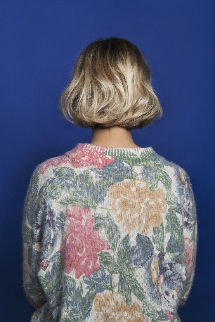 Pull à fleurs et carré blond
