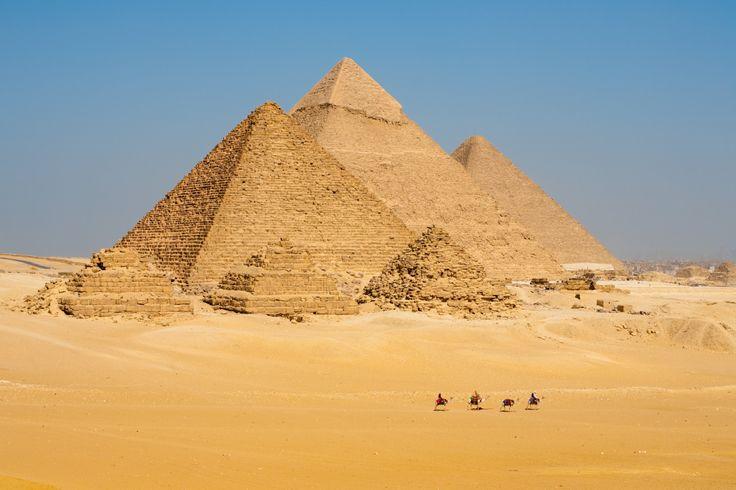 Les Pyramides d Egypte en -2560 av. JC.  Avec ses 146 m de hauteur, la Pyramide de Kheops est restée le monument le plus haut du monde pendant  des millénaires.