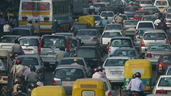 Policiais de trânsito usam Facebook para multar motoristas 'fora da lei' em Nova Déli - A polícia de Nova Déli, na Índia, está usando argumentos de cidadãos publicados no Facebook para multar motoristas que infringirem as leis de trânsito em vigor na cidade. Segundo o jornal The New York Times, cerca de 665 advertências foram emitidas por autoridades indianas, baseadas em fotografias publicadas no Facebook por moradores. Os policiais de trânsito da cidade possuem uma página na rede socia
