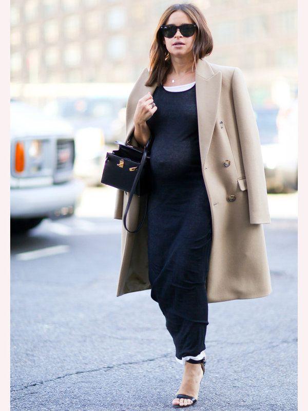 臨月の服装アイデア☆黒ワンピにチェスターコートを合わせたモードなママコーデ♪