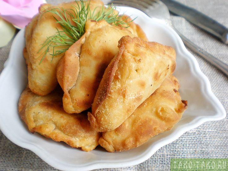 САМОСА .(фьюжен)     мука (400 г);     масло растительное (230 мл);     одно яйцо;     чеснок (3 зубка);     имбирь (2 см);     картофель (2 корнеплода);     чили;     соль;     лук (1 корнеплод);     карри и черный перец.