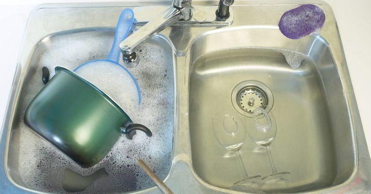 """Como limpar os panos do esfregão """"Shark Steam"""". Esfregões """"Shark Steam"""" usam vapor dispensado por meio de um pano de limpeza de microfibra para a remoção de manchas teimosas do chão. Embora o vapor ajude a soltar a mancha, o pano é que vai esfregá-la. Esse pano fica sujo com cada uso e se torna menos efetivo se não for limpado corretamente. Panos de limpeza sujos não precisam ser substituídos, ..."""