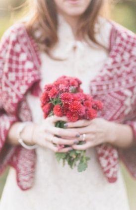 shawl on wedding dress | scialle rosso sull'abito da sposa | Red apples for autumn wedding ideas | Mele rosse per un matrimonio autunnale http://theproposalwedding.blogspot.it/ #autumn #fall #wedding #apple #matrimonio #autunno #mele