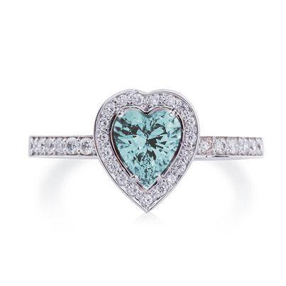 Обворожительное кольцо из белого золото с бриллиантами и топазом.  Золото 585 пробы. Средний вес изделия - 2.2 грамма.