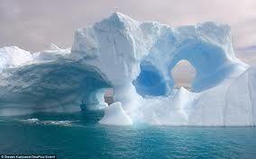 Los fuertes vientos, las corrientes y las burbujas de aire atrapadas en su interior han ayudado a crear características únicas dentro de los gigantes bloques de hielo.