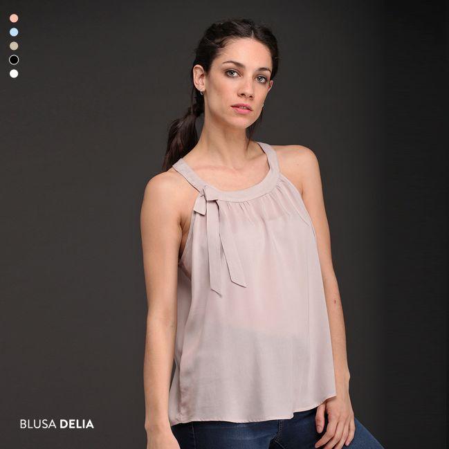 La Blusa Delia es protagonista de la nueva colección: colores pasteles, escote americano, lazo, frunce suave y corte evasé. ¡Disponible en 5 colores!