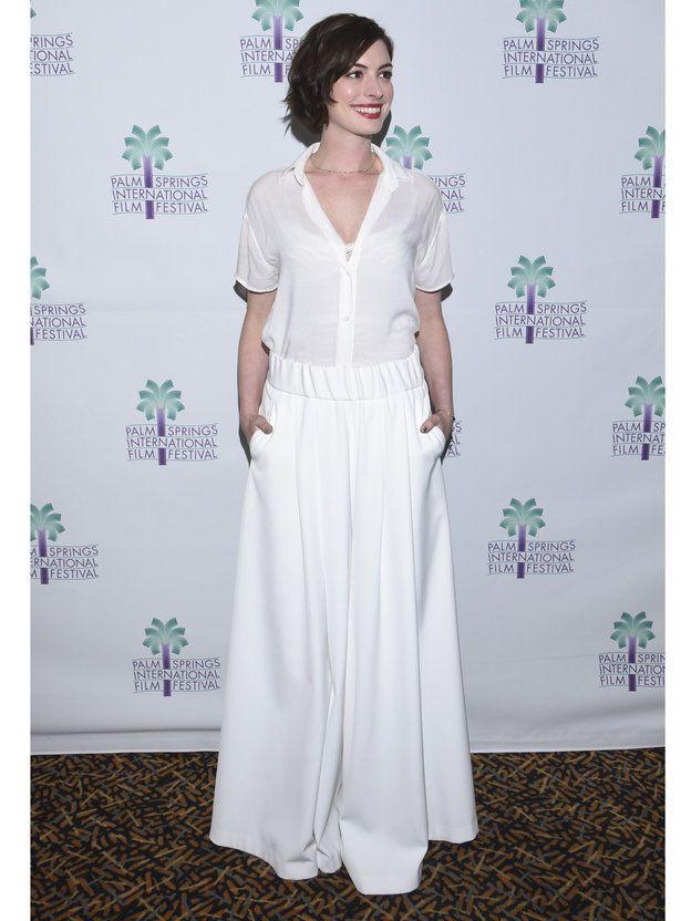 【ELLE】アン・ハサウェイのマリンな白スタイルに釘付け!|エル・オンライン