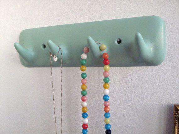 Handtuchhalter mit 4 Haken in große retro Minze Farbe! Diese Gestelle sind Klassiker und kam in Mint, gelb, Rosa... die typischen retro-Farben der 1950er-Jahre-Ära. Ideal zum Aufhängen von Schlüsseln, Badetücher oder Ofen-Handschuhe, Halsketten... oder Verwendung in die Kinderzimmer.  Original italienisches Design aus den 1950ern und 1960ern Auf der Rückseite gestempelt: CM Mod. SESIA Brevetatto Hergestellt in Italien  Bakelit umgewandelt / Kunststoff und erstaunliche Bedingung, keine Chips…