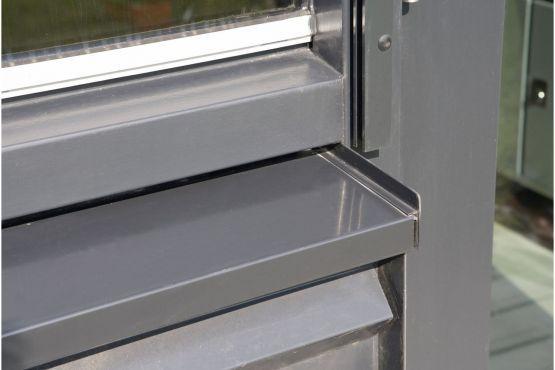 Roval Aluminium | Aluminium waterslagen/raamdorpels toegepast onder de kozijnen. In combinatie met metalen gevelbeplating.
