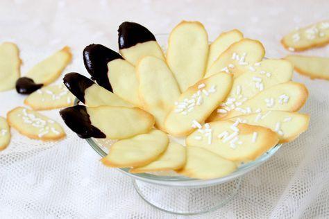 Lingue di gatto: biscottini semplici da preparare e dal sapore delicato. Ancora più buone se ricoperte di cioccolato fondente o granella di zucchero.