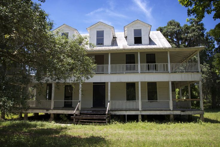 Built in 1889, Daniel Morgan built this magnificent home at the lake. [Marion County, FL]