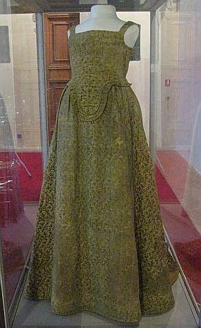 Italian dress, from 1590-1610, located in Muzeo Nazionale di Palzo Reale, Pisa, foto Anea, http://aneafile.webs.com