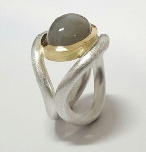 Der Mondstein! Die Ringschienen sind aus 925/- Silber, die Fassung aus 750/- Gelbgold. #Schmuck, #Ring