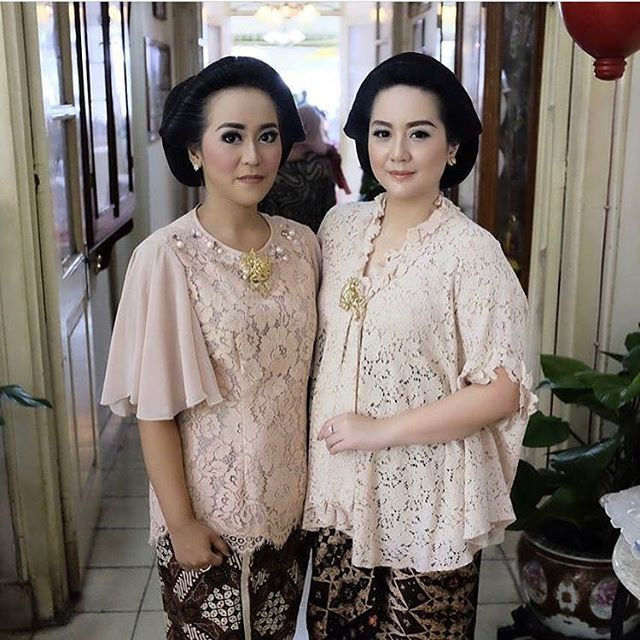 A nude top and make-up, finished with a classic kain and hair-do. Regram from @anditahermina . #kebayainspiration #kebaya #Indonesia