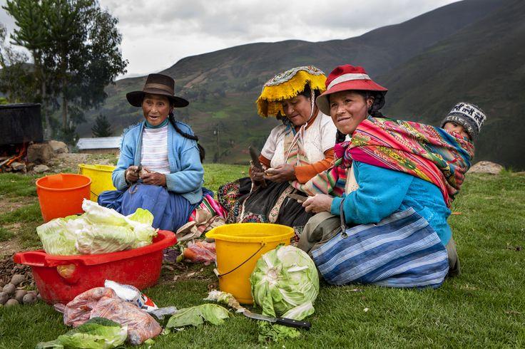 Mujeres preparando la comida en una zona rural de Perú.
