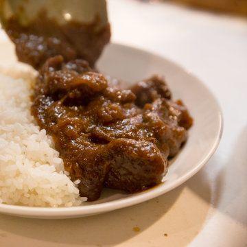 日本のカレー界で幅広く活躍し、「東京カリ〜番長」の調理主任としても知られる水野仁輔さん。これまで作ってきたカレー本は40冊近く、カレーのために出版社も立ち上げ、たくさんの「おいしいカレー」を究めてきました。       そんな水野さんが、おうちで簡単に作れる、最高においしいカレーのレシピを教えてくれることになりました。まずは牛肉とカレールをつかった「欧風カレー」のレシピと材料の準備についてです。