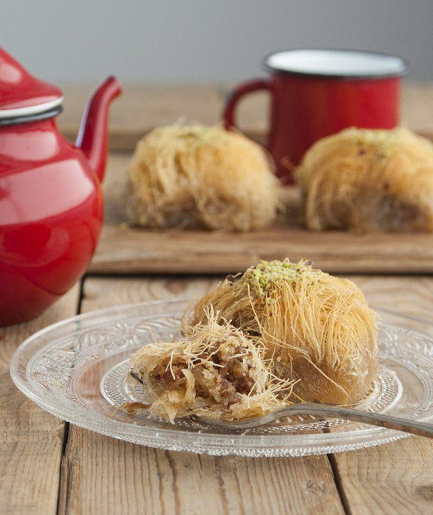 Αγαπημένο ελληνικό γλυκό, το κανταΐφι είναι σε πολλές περιοχές το επίσημο κέρασμα των Χριστουγέννων. Αυτή η συνταγή είναι με αμύγδαλο.