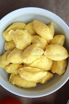 Kluseczki serowe: 250 g serka twarogowego lub twarogu 5 żółtek 5 czubatych łyżek mąki Zasada jest taka: na każde 50 g serka: 1 żółtko, 1 czubata łyżka mąki. Wszystkie składniki wymieszać ze sobą. Kłaść na gotującą się, osoloną wodę. Gotować około 10 minut.