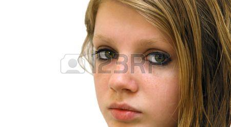 Tiener blond meisje langharige met droevige blik van grijze ogen en sproeten, contrasterende zwarte make-up photo