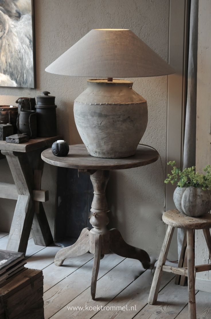 wijntafel met kruiklamp  landelijke tafels  Home Decor