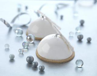 Coconut and mango dome (White glaze: cream, white chocolate, gelatin leaves and  glucose).
