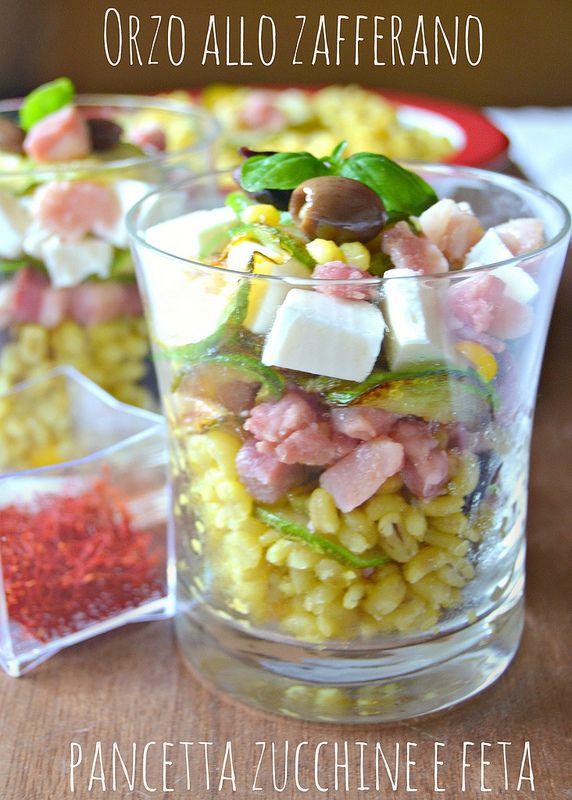 Orzo allo zafferano con zucchine, pancetta e feta